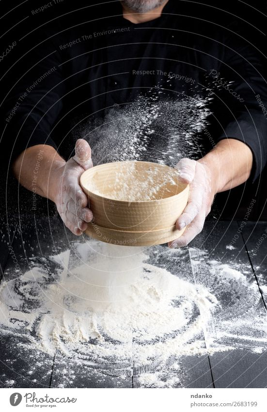 Holzsieb mit Mehl in Männerhänden Teigwaren Backwaren Brot Ernährung Tisch Küche Koch Mensch Mann Erwachsene Hand 30-45 Jahre Sieb Bewegung machen frisch