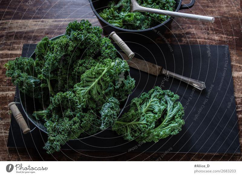 Grünkohl zum Kochen vorbereiten top view Lebensmittel Gemüse Salat Salatbeilage Grünkohlblatt Kohl Bioprodukte Vegetarische Ernährung Diät Fasten