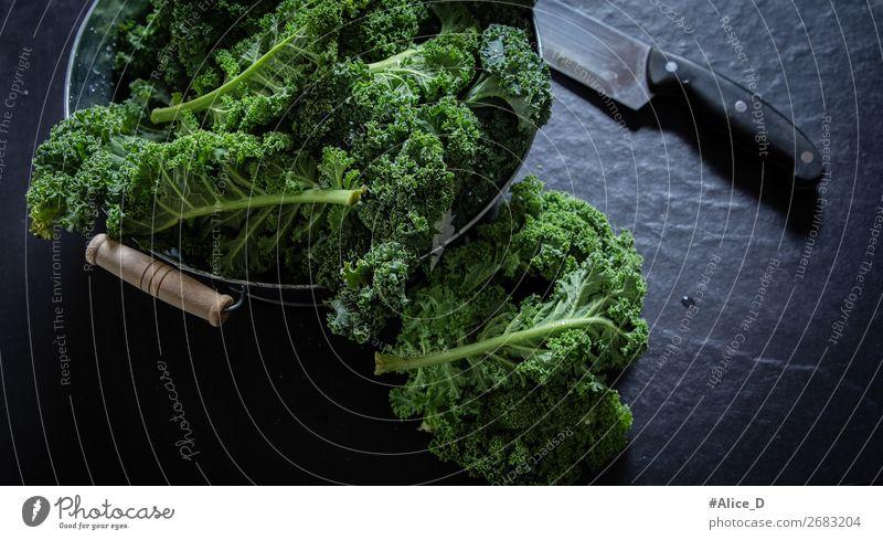 Frischer Grünkohl auf schneidebrett Lebensmittel Gemüse Salat Salatbeilage Kohl Grünkohlblatt Schalen & Schüsseln Messer Lifestyle Gesundheit Gesunde Ernährung