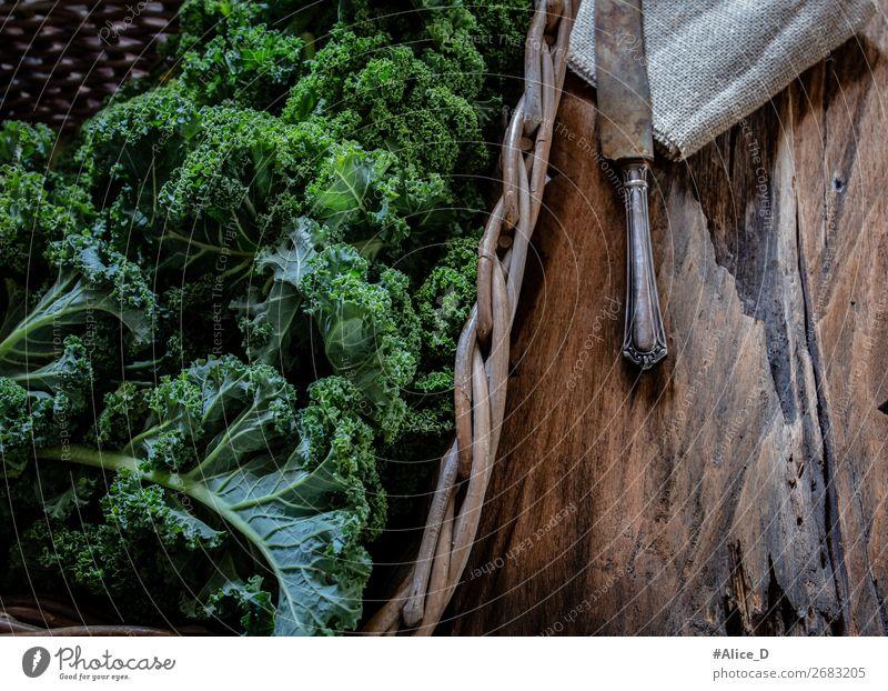 Frischer Grünkohlblätter im korb mit Holzbrett Lebensmittel Gemüse Salat Salatbeilage Kohl Grünkohlblatt Ernährung Bioprodukte Vegetarische Ernährung Diät