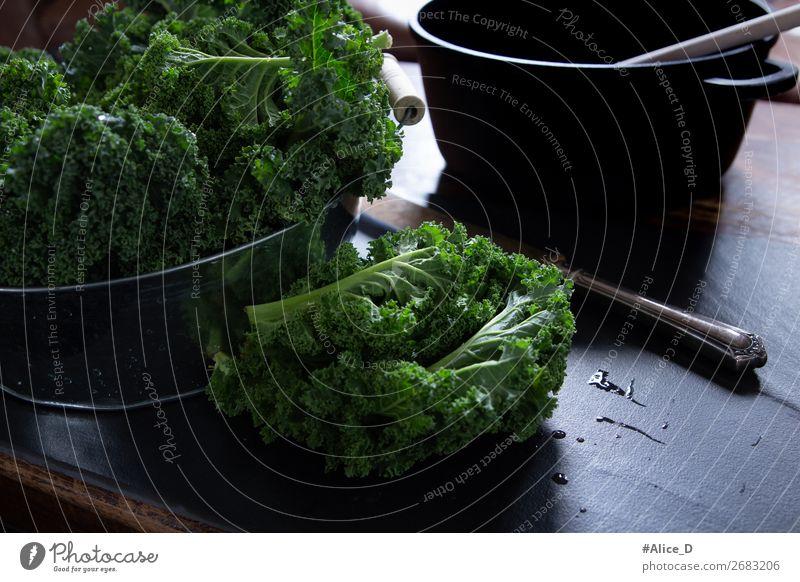 Frischer Grünkohl Wintergemüse Lebensmittel Gemüse Salat Salatbeilage Kohl Grünkohlblatt Ernährung Bioprodukte Vegetarische Ernährung Diät Fasten