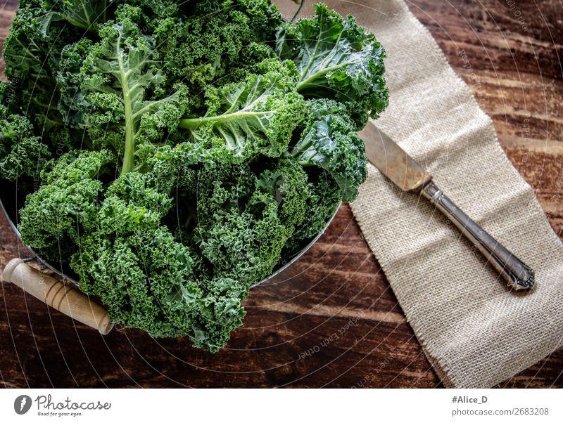 Frischer Grünkohlblätter Lebensmittel Gemüse Salat Salatbeilage Kohl Grünkohlblatt Schalen & Schüsseln Messer Lifestyle Gesunde Ernährung Holz alt authentisch