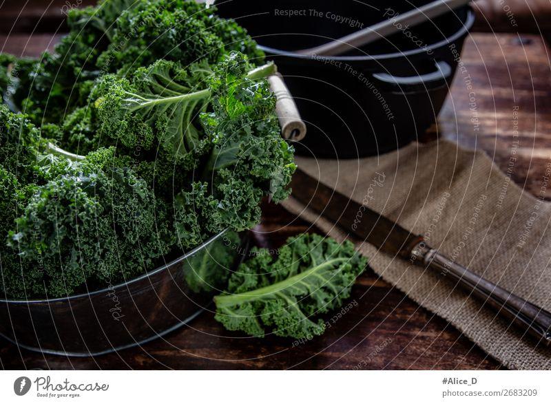Frischer Grünkohl zum Kochen vorbereiten Lebensmittel Gemüse Salat Salatbeilage Grünkohlblatt Kohl Bioprodukte Vegetarische Ernährung Diät Fasten