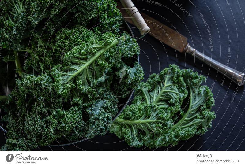 Frischer Grünkohl auf schwarzen hintergrund Lebensmittel Gemüse Salat Salatbeilage Grünkohlblatt Kohl Ernährung Bioprodukte Vegetarische Ernährung Diät Fasten