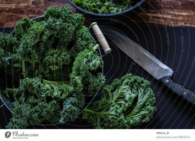 Frischer Grünkohl auf Schneidebrett Lebensmittel Gemüse Salat Salatbeilage Kohl Grünkohlblatt Ernährung Bioprodukte Vegetarische Ernährung Diät