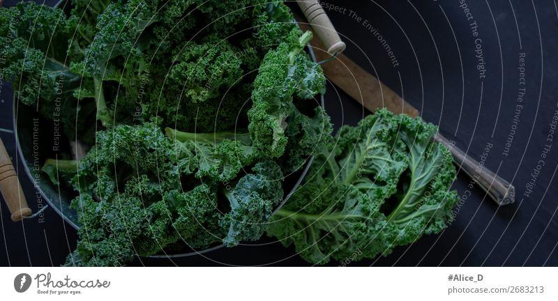 Grünkohl Wintergemüse Lebensmittel Gemüse Salat Salatbeilage Grünkohlblatt Kohl Schalen & Schüsseln Messer Lifestyle Gesundheit Gesunde Ernährung frisch lecker
