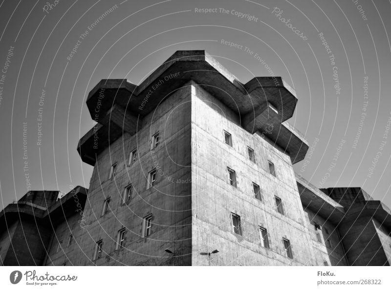 Bunker Stadt Haus Wand Architektur grau Mauer Gebäude Fassade Hamburg trist Bauwerk Burg oder Schloss historisch Krieg Wahrzeichen Sehenswürdigkeit