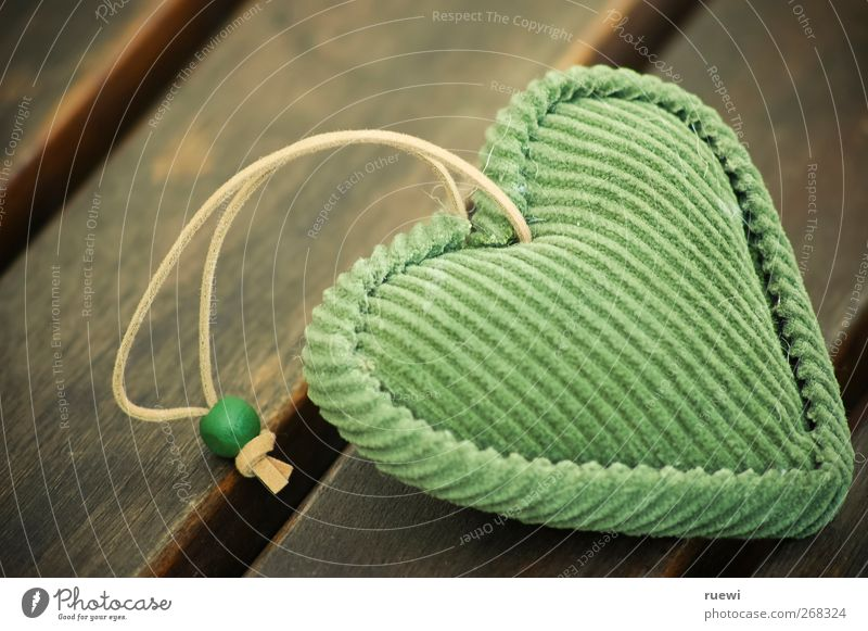 Herzensangelegenheit harmonisch Wohlgefühl Zufriedenheit Accessoire Zeichen Küssen kuschlig Kitsch klein positiv weich braun grün Gefühle Glück Lebensfreude