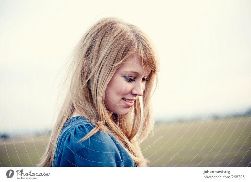 easy 2 Mensch Natur Jugendliche blau schön rot Freude Erwachsene Landschaft feminin Leben Freiheit Glück blond gehen Zufriedenheit