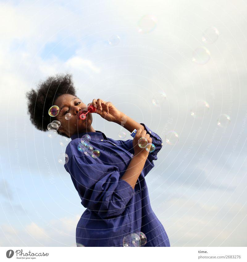 4900 soapbubbles feminin Frau Erwachsene 1 Mensch Himmel Wolken Schönes Wetter Hemd schwarzhaarig Afro-Look Dekoration & Verzierung Seifenblase Kugel Tropfen