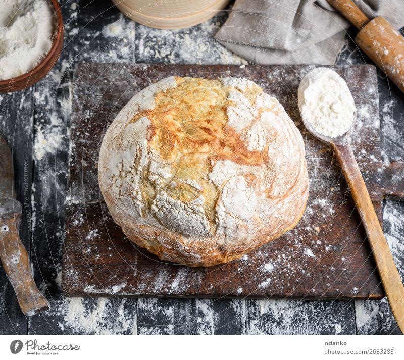 gebackenes Brot, weißes Weizenmehl Schalen & Schüsseln Löffel Tisch Küche Sieb Holz machen dunkel frisch oben braun schwarz Tradition Bäckerei Holzplatte