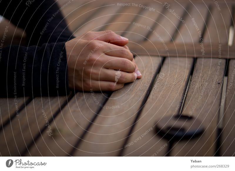 In fixed focal length we trust Objektivdeckel Kindheit Hand Finger 1 Mensch festhalten einfach Farbfoto Außenaufnahme Detailaufnahme Tag Schwache Tiefenschärfe
