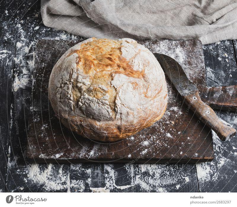 Vollständig gebackenes weißes Weizenbrot Brot Messer Tisch Küche Holz Essen machen dunkel frisch braun schwarz Tradition Brotlaib ganz Bäckerei Holzplatte