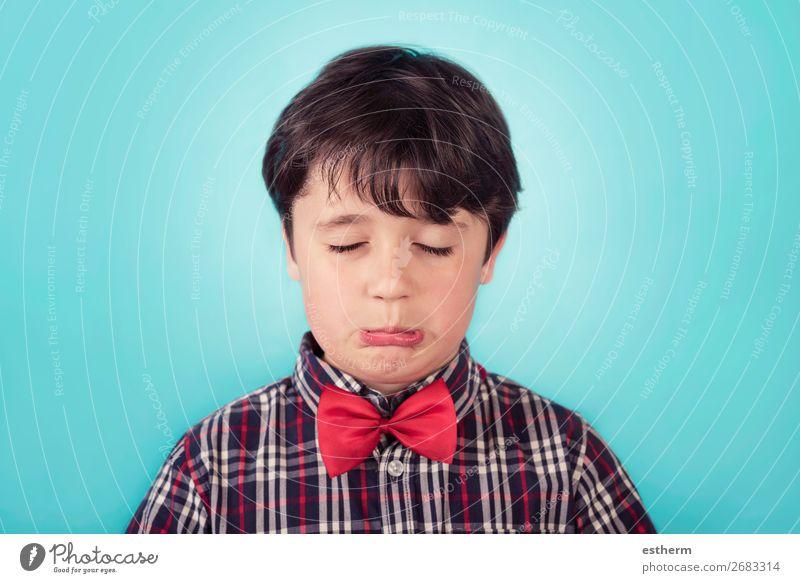 trauriger Junge mit Fliege Mensch maskulin Kind Kleinkind Kindheit 1 8-13 Jahre Denken Fitness Traurigkeit weinen Wut Gefühle Sorge Trauer Einsamkeit Stress