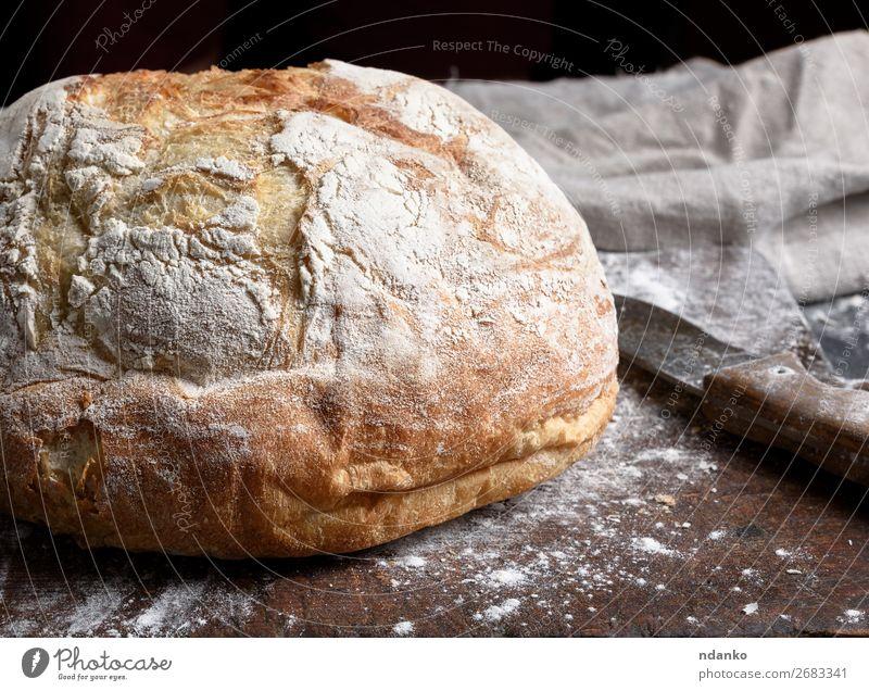 gebackenes weißes Weizenbrot Brot Tisch Küche Holz machen dunkel frisch braun schwarz Tradition Bäckerei Holzplatte Essen zubereiten Schneidebrett Mehl