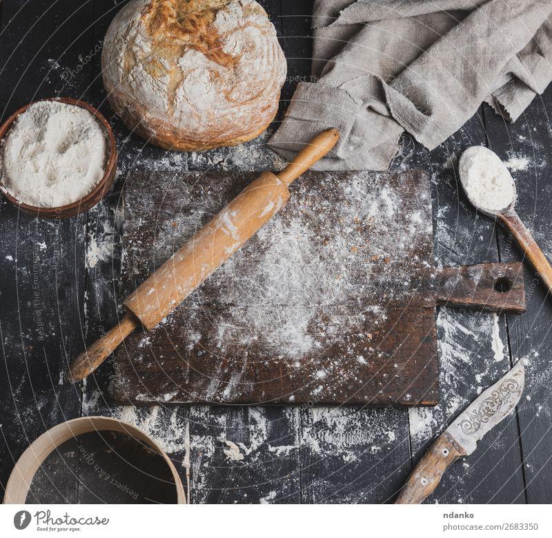 gebackenes Brot, Weizenweißmehl, Holzwalze Schalen & Schüsseln Löffel Tisch Küche Sieb Essen machen dunkel frisch oben braun Mehl Top Bäckerei Aussicht