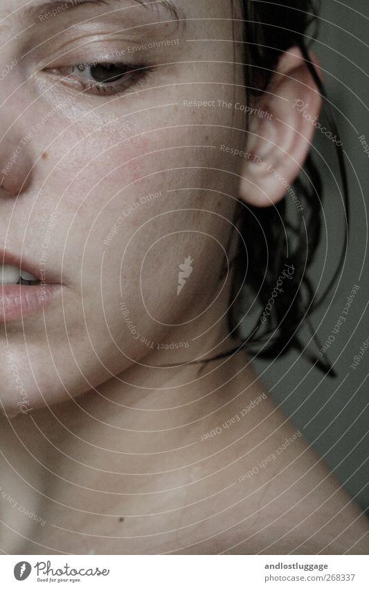 nass. feminin Junge Frau Jugendliche Erwachsene Haut Gesicht 1 Mensch 18-30 Jahre brünett Traurigkeit ästhetisch dunkel authentisch kalt natürlich Sauberkeit