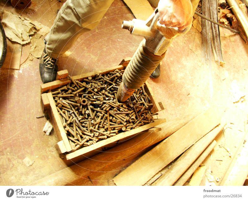 Schrauben für alle alt Hand Holz Rost Handwerk Holzbrett Kiste Schraube Staub staubig Bohrmaschine