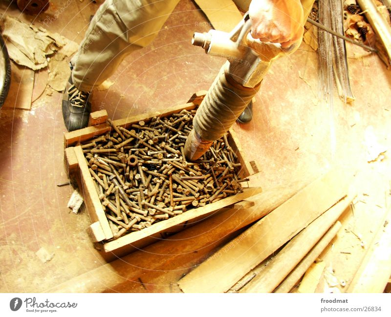 Schrauben für alle alt Hand Holz Rost Handwerk Holzbrett Kiste Staub staubig Bohrmaschine
