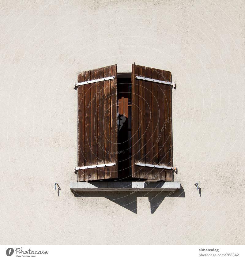 fenster Haus ruhig Fenster Wand Holz Mauer Gebäude offen Fassade geschlossen Häusliches Leben verwittert Fensterladen Fensterbrett