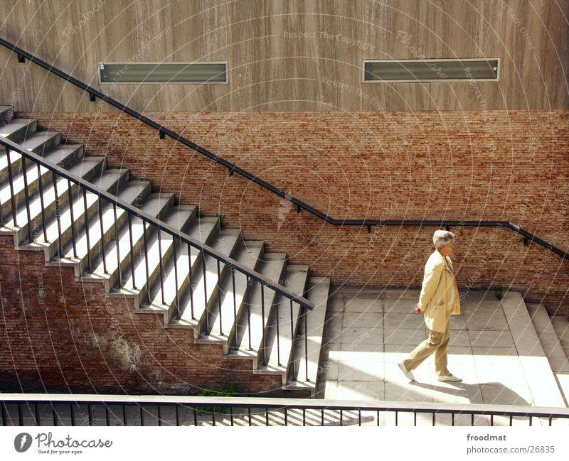 Treppenlauf Frau alt Berlin Mauer Beton Schönes Wetter Geländer