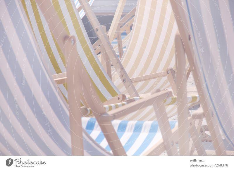 Leere Liegestühle in der Sonne Strand Liegestuhl Erholung hell Freizeit & Hobby Langeweile gestreift Pastellton leer Wärme Menschenleer Lifestyle Sommerurlaub