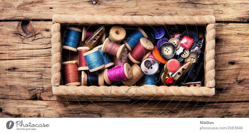Garnspulen und Knöpfe Schaltfläche Faser Nähen Textil Stoff Handwerk nähen Mode Schneider Handarbeit Spule farbenfroh Bekleidung Nahaufnahme Gewebe Hobby