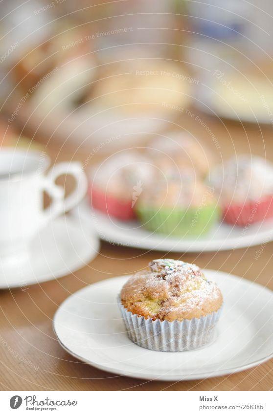 bei Oma Lebensmittel Kuchen Dessert Ernährung Frühstück Kaffeetrinken Getränk Heißgetränk Geschirr Teller Tasse klein lecker süß Kaffeetisch Muffin