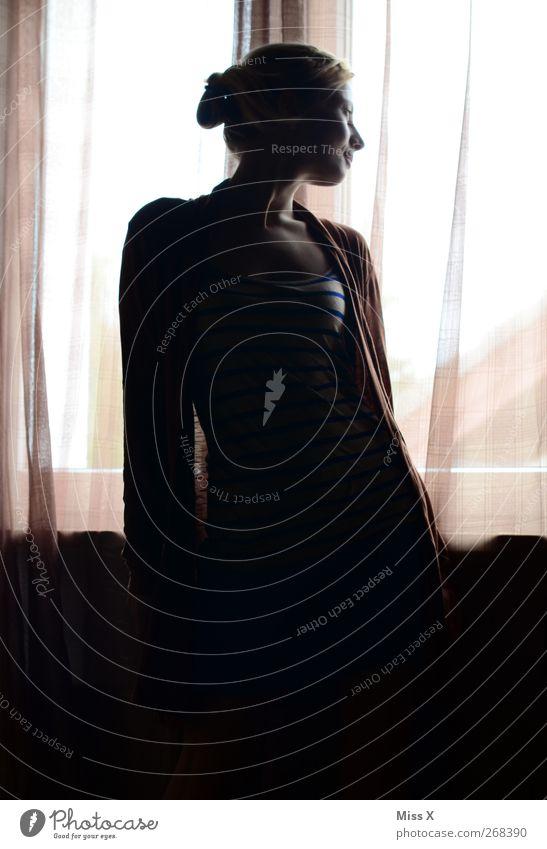 . Mensch feminin 1 Fenster Stimmung Neugier Traurigkeit Innenaufnahme Gegenlicht Oberkörper Profil Blick nach hinten