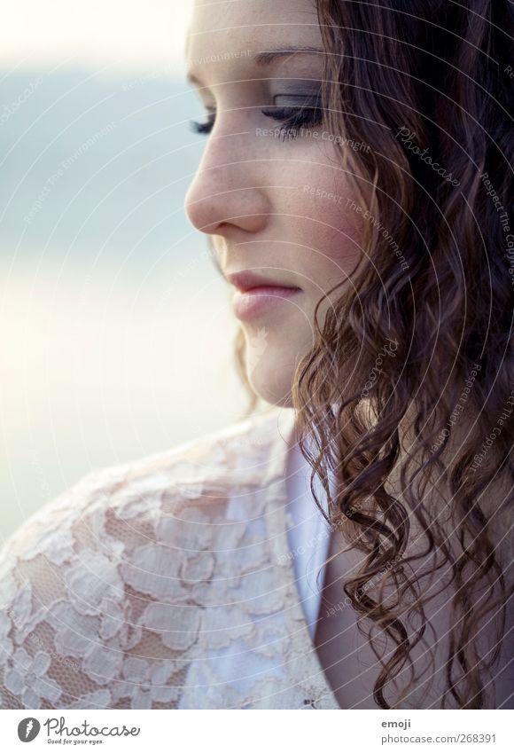 Profil feminin Junge Frau Jugendliche Gesicht 1 Mensch 18-30 Jahre Erwachsene Locken schön Farbfoto Außenaufnahme Nahaufnahme Tag Licht Schatten