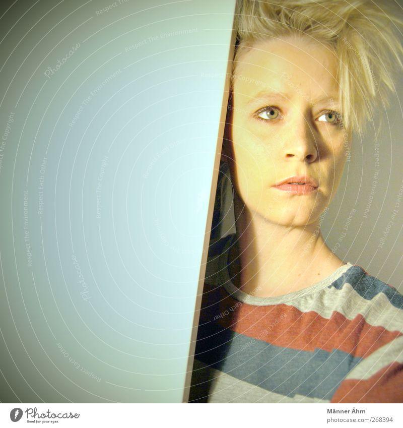 Jetzt muss alles raus. Mensch maskulin Junge Frau Jugendliche Erwachsene Gesicht 1 18-30 Jahre T-Shirt blond weiß Farbfoto Innenaufnahme Kunstlicht Licht