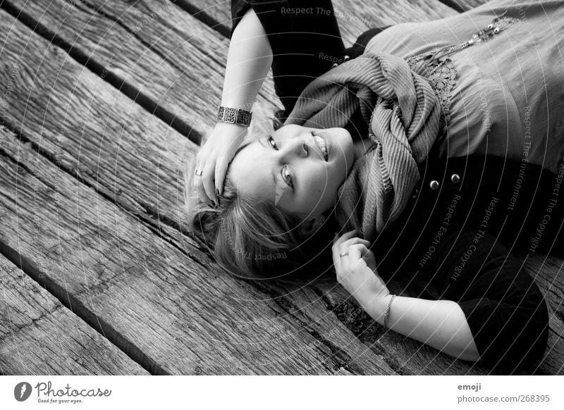 authentisch feminin Junge Frau Jugendliche 1 Mensch 18-30 Jahre Erwachsene Mode schön Lächeln liegen Schwarzweißfoto Außenaufnahme Textfreiraum links Tag