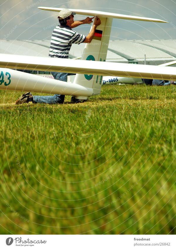Technische Wartung Mann weiß Sonne grün blau Sommer Sport Arbeit & Erwerbstätigkeit Wiese Gras Deutschland Flugzeug fliegen Sicherheit Luftverkehr Rasen