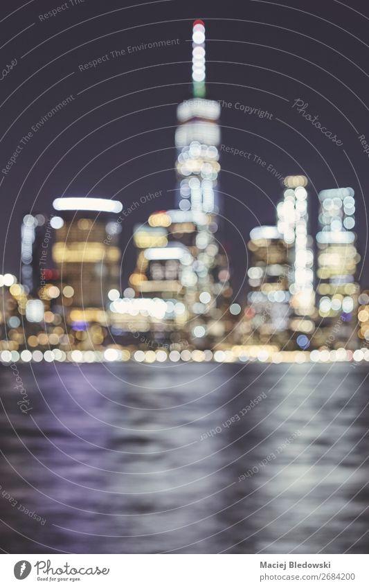 Verschwommene Skyline von New York City, USA. Lifestyle Reichtum elegant Stil Ferien & Urlaub & Reisen Häusliches Leben Nachtleben Büro Business Fluss
