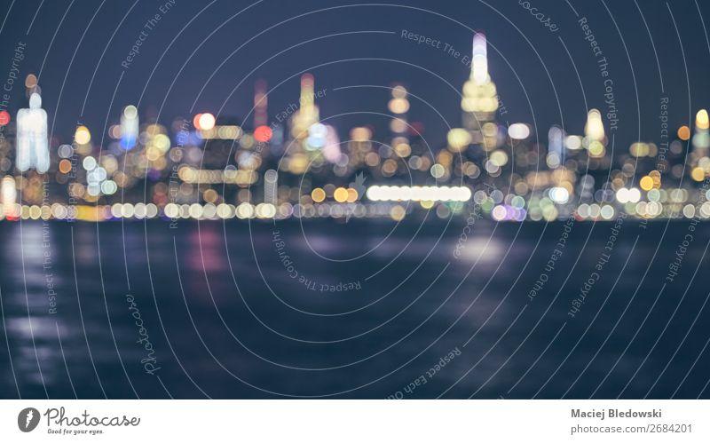Verschwommene Skyline von New York City, USA. Lifestyle kaufen Reichtum elegant Stil Design Ferien & Urlaub & Reisen Städtereise Nachtleben Fluss Hochhaus