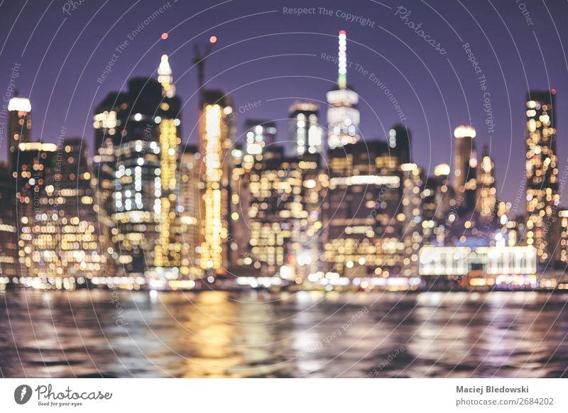 Verschwommene Skyline von New York City, USA. Lifestyle kaufen Reichtum elegant Ferien & Urlaub & Reisen Nachtleben Büro Business Fluss Stadtzentrum Hochhaus