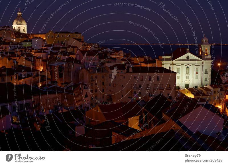 Alfama am Abend blau alt Stadt Ferien & Urlaub & Reisen Haus dunkel Architektur braun Kirche leuchten Europa violett historisch Hauptstadt Portugal Altstadt