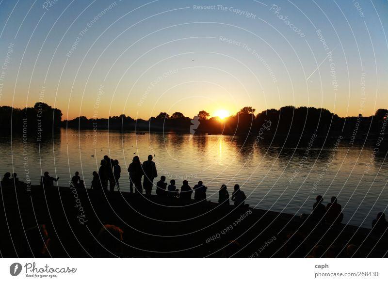 Gemeinsam genießen Himmel Natur Jugendliche Wasser Sommer Sonne ruhig Erwachsene Erholung Landschaft See Paar Freundschaft Zufriedenheit 18-30 Jahre Lifestyle
