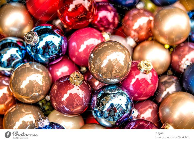 bunte Christbaumkugeln auf einem Weihnachtsmarkt Design Dekoration & Verzierung Weihnachten & Advent Ornament mehrfarbig Glaskugeln Baumschmuck