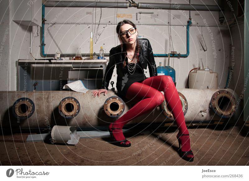 #268436 Lifestyle Raum Studium Labor Frau Erwachsene Mode Strumpfhose Accessoire Brille Erholung sitzen träumen warten Coolness dreckig dunkel trendy kalt