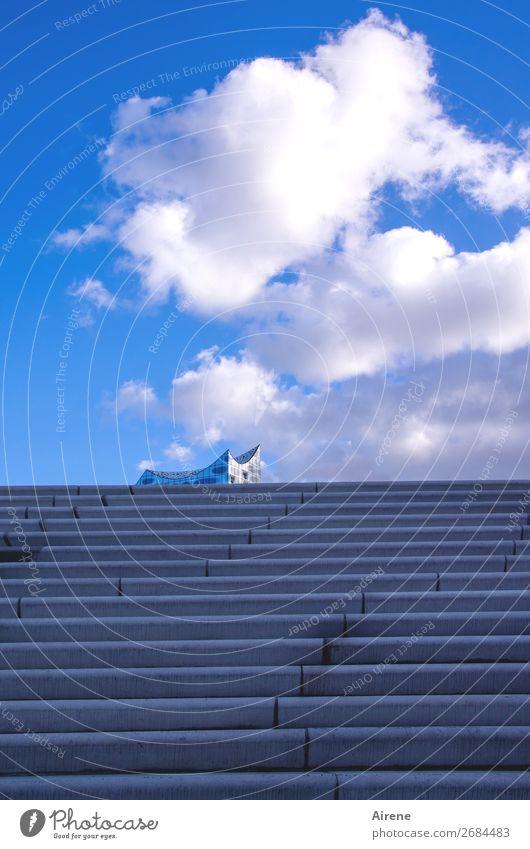 einmal ganz hinauf Konzerthalle Himmel Wolken Schönes Wetter Hamburg Menschenleer Architektur Fassade Treppe Sehenswürdigkeit Wahrzeichen Elbphilharmonie