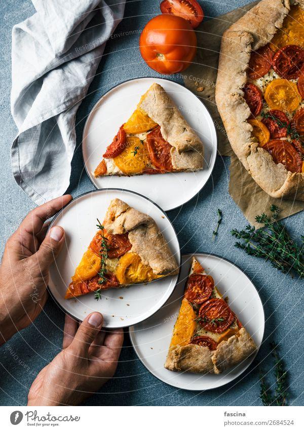 Tomaten und Käsekuchen oder Galette Gemüse Essen Frühstück Mittagessen Küche Hand lecker Idee Torte verzehrfertig Pasteten Kuchen Tarte Rezepte Spielfigur