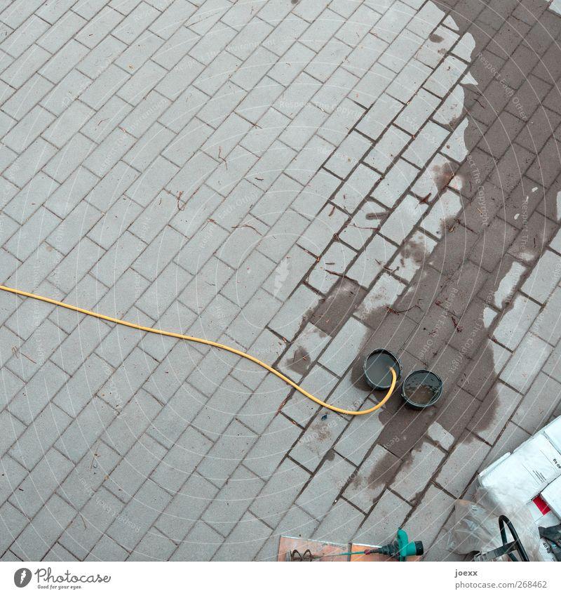 Arbeitsplatz Baustelle Handwerk Menschenleer Platz Stein Arbeit & Erwerbstätigkeit nass neu gelb grau schwarz weiß Plattenleger Eimer Schlauch Wasserschlauch