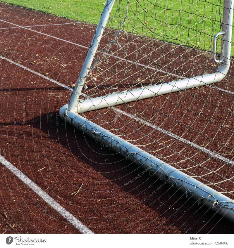 Zicke Zacke Freizeit & Hobby Spielen Sport Fußball Sportstätten Fußballplatz Stadion Rennbahn Gras Tor Netz Farbfoto Außenaufnahme abstrakt Menschenleer