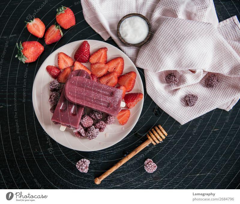 Popsicle mit Erdbeere und Himbeere Lebensmittel Joghurt Frucht Speiseeis Süßwaren Ernährung Vegetarische Ernährung Lifestyle Gesunde Ernährung genießen