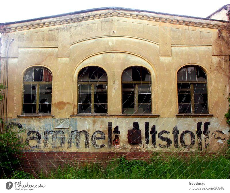 Sammelt Altstoffe ! alt Fenster Schriftzeichen kaputt verfallen historisch DDR Typographie Osten Bogen