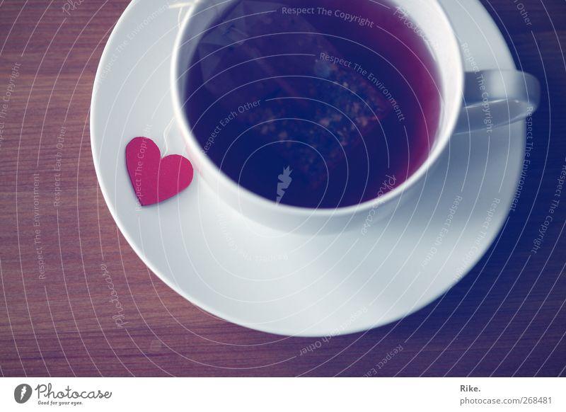 Heißgetränk mit Liebe. Getränk trinken Tee Geschirr Tasse Lifestyle Herz Erholung genießen heiß Kitsch Wärme rot Frühlingsgefühle Warmherzigkeit Verliebtheit