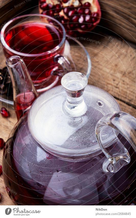 warmer Granatapfeltee. Tee trinken rot Gesundheit Tasse Frucht Glas Getränk Antioxidans Wasserkessel Vitamin heiß Teekanne reif tropisch Teekessel Teetasse