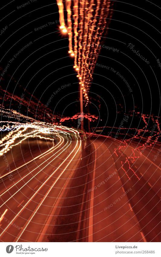 A7 Verkehr Verkehrswege Straße Autobahn Brücke PKW Blick dunkel verrückt Geschwindigkeit gelb gold rot schwarz weiß Farbfoto Außenaufnahme Menschenleer Nacht