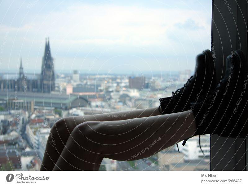 urban life Erholung ruhig Wohnung Raum feminin Haut Beine Umwelt Horizont Stadt Stadtzentrum Skyline Hochhaus Dom Gebäude Architektur Schuhe liegen Erotik